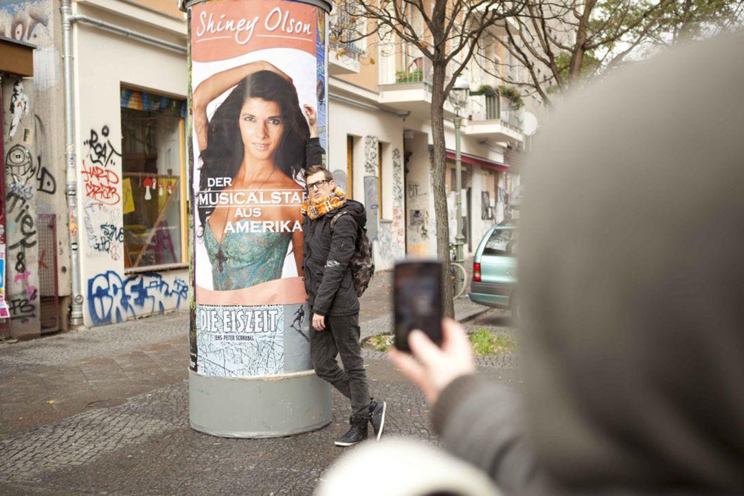 Hotte (Dennis Schigiol) hat seine Traumfrau gefunden - auf einem Plakat. - Bildquelle: SAT.1