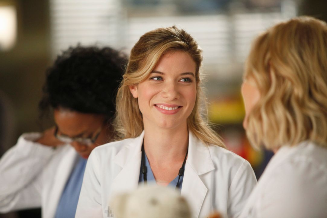 Während sich die junge Ärztin Stephanie (Jerrika Hinton, l.) auf eine Operation vorbereitetet, bittet Leah (Tessa Ferrer, M.) Arizona (Jessica Cap... - Bildquelle: ABC Studios