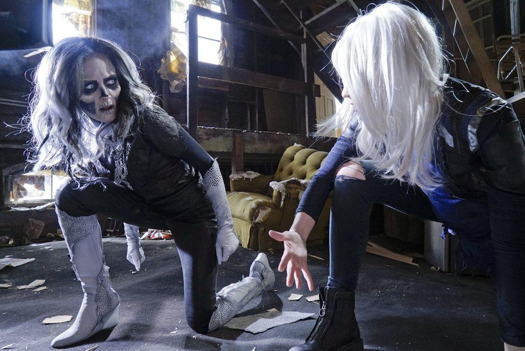 Kara alias Supergirl muss sich gleich zwei Gegnern mit besonderen Kräften stellen. Denn Silver Banshee (Italia Ricci, l.) und Livewire (Brit Morgan,... - Bildquelle: 2015 Warner Bros. Entertainment, Inc.