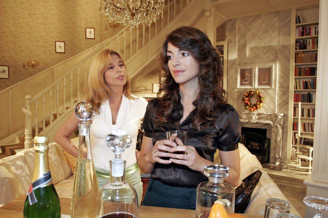 Mariella (Bianca Hein, r.) berichtet Laura (Olivia Pascal, l.) betrübt von den sich verzögernden Hochzeitsvorbereitungen. - Bildquelle: Noreen Flynn SAT.1 / Noreen Flynn