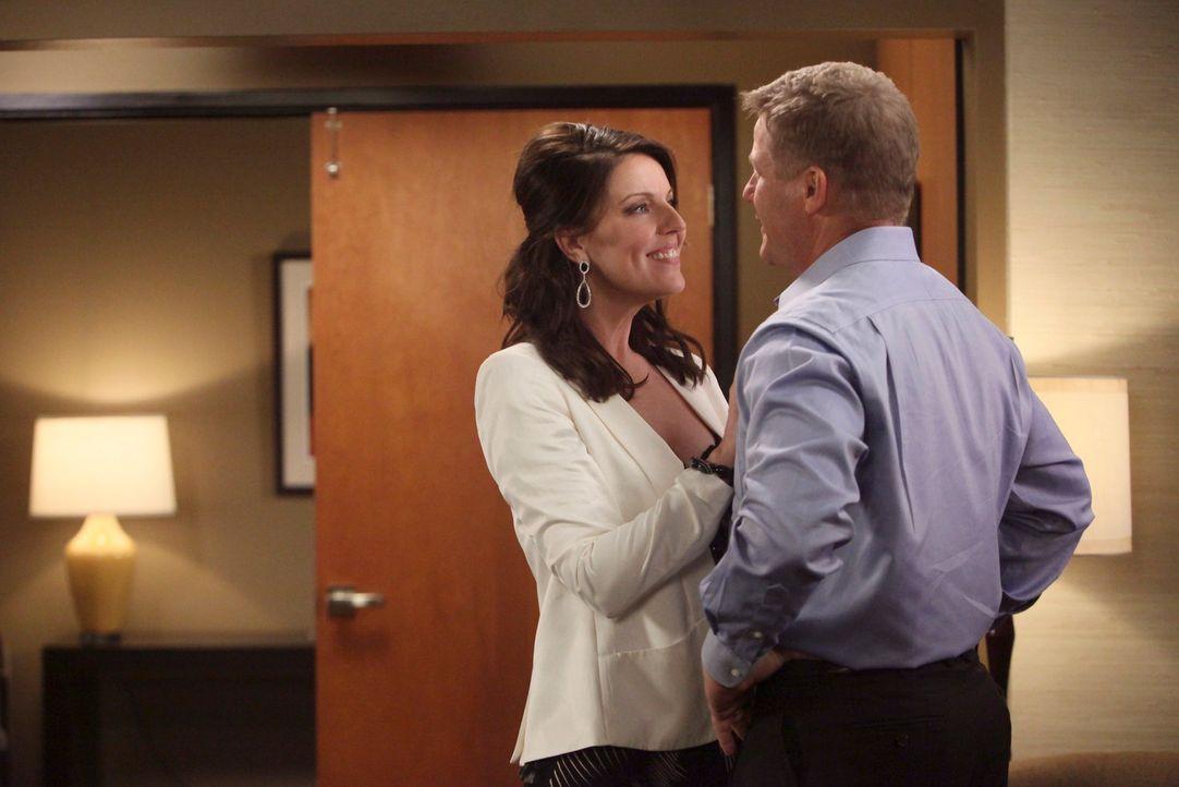 Verbringen einen romantischen Abend zusammen - nichtsahnend, dass Lynette mit ihm Raum ist: Tom (Doug Savant, r.) und Jane (Andrea Parker, l.) ... - Bildquelle: ABC Studios