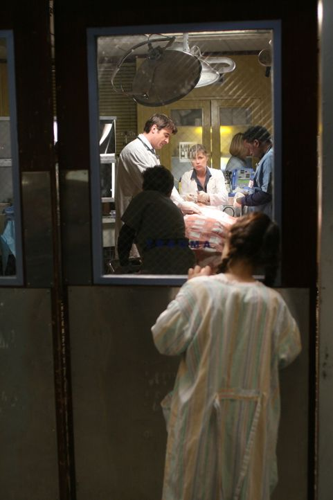 Während Luka (Goran Visnjic, hinten l.), Abby (Maura Tierney, hinten M.) und Malik (Deezer D, hinten r.) versuchen einen Patienten das Leben zu ret... - Bildquelle: Warner Bros. Television