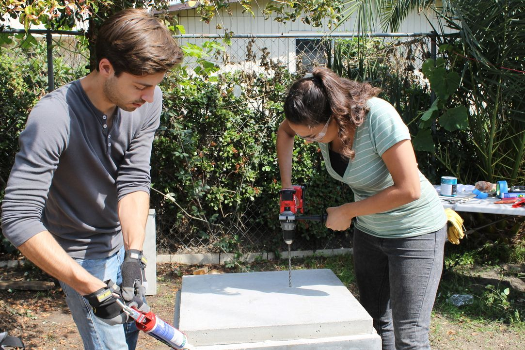 Shawn (l.) wünscht sich einen einladenden Garten, in dem er die Brautparty seiner Schwester abhalten kann. Keine leichte Aufgabe für Sara (r.) ... - Bildquelle: 2014, DIY Network/Scripps Networks, LLC. All RIghts Reserved.