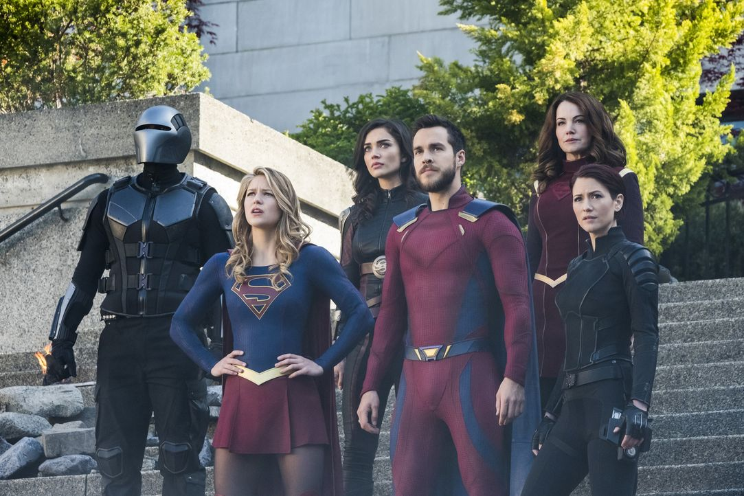 Als die Welt droht, zerstört zu werden, müssen (v.l.n.r.) James alias Guardian (Mehcad Brooks), Kara alias Supergirl (Melissa Benoist), Imra (Amy Ja... - Bildquelle: 2017 Warner Bros.