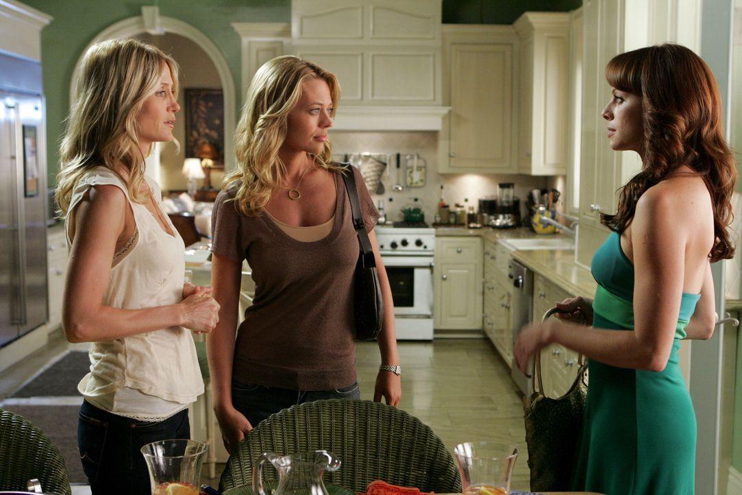 Kirsten (Kelly Rowan, l.) will Julie (Melinda Clarke, r.) ein Apartment vermitteln, als Charlotte (Jeri Ryan, M.) vorbeikommt. Als diese den wertvol... - Bildquelle: Warner Bros. Television