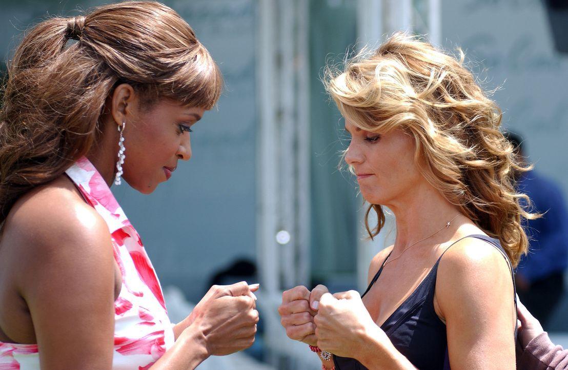 Susannah (Merrin Dungey, l.) konfrontiert Ava (Lori Loughlin, r.) mit der Ankündigung, die Firma zu verlassen und einen neuen Job bei einem weltwei... - Bildquelle: CBS Television