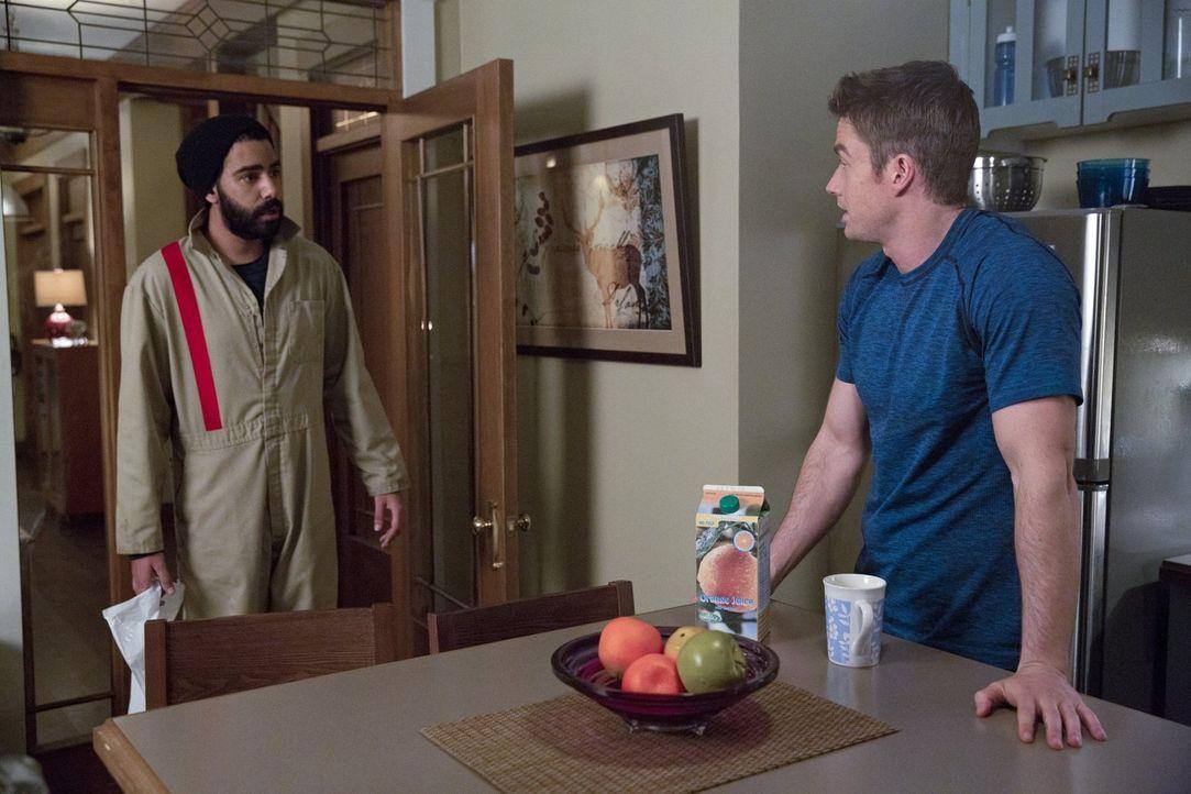 Als das FBI ihm beinahe auf die Spur kommt, trifft Major (Robert Buckley, r.) eine Entscheidung, dessen Auswirkungen er Ravi (Rahul Kohli, l.) nur s... - Bildquelle: 2014 Warner Brothers