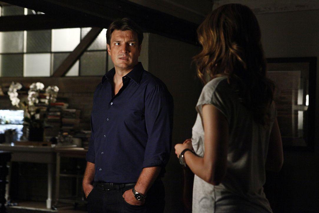 Endlich: Castle (Nathan Fillion, l.) und Beckett (Stana Katic, r.) haben ihre erste gemeinsame Nacht zusammen verbracht. Doch noch soll niemand davo... - Bildquelle: 2012 American Broadcasting Companies, Inc. All rights reserved.