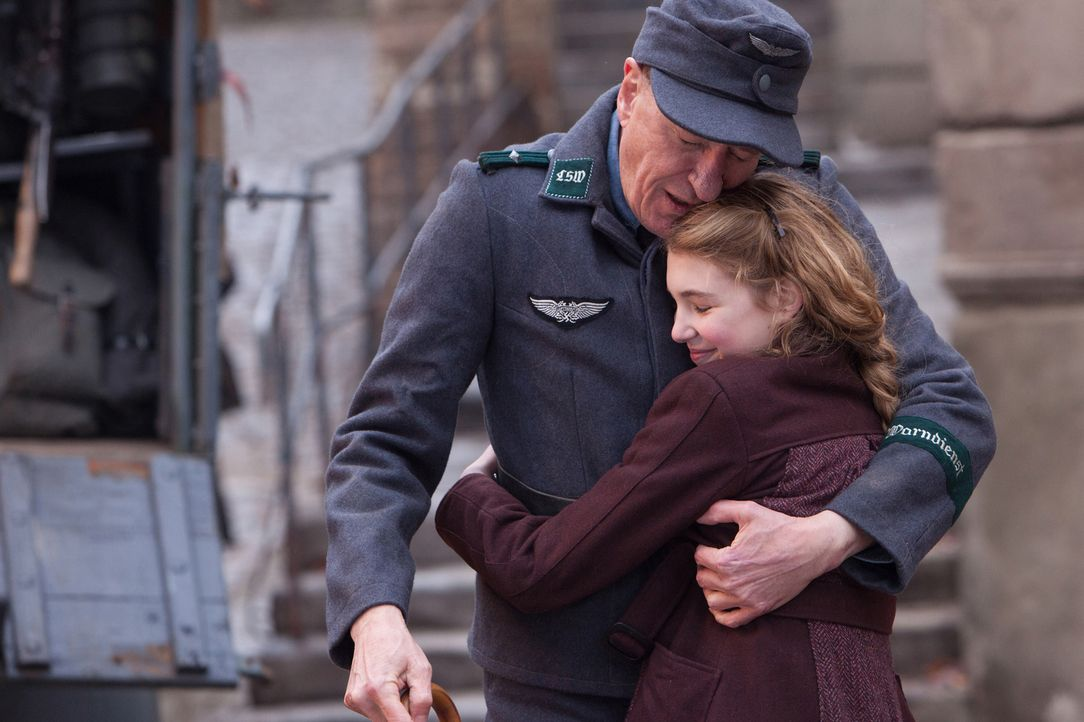 Findet in der turbulenten und grausamen Zeit des Nazi-Regimes Halt bei ihrem neuen Vater Hans (Geoffrey Rush, hinten): die junge Liesel (Sophie Néli... - Bildquelle: Jules Heather TM and   2013 Twentieth Century Fox Film Corporation.  All Rights Reserved.