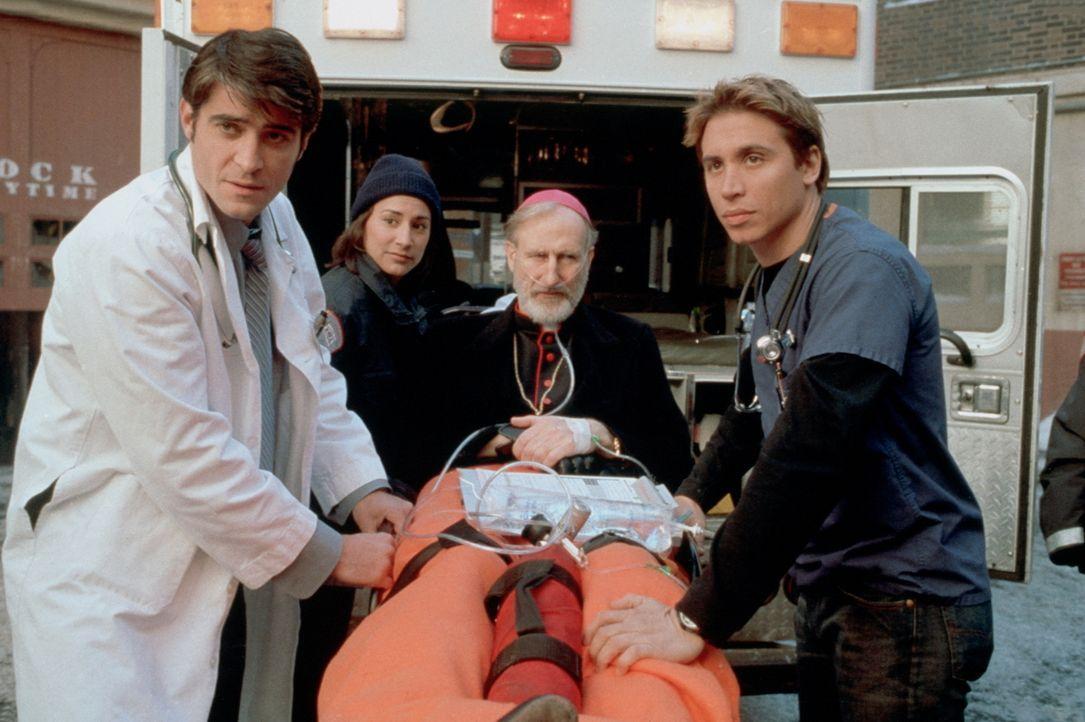 Der arthritische Bischof Stewart (James Cromwell, M.) wird wegen eines Sturzes eingeliefert. In der Notaufnahme wird er von Kovac (Goran Visnjic, l.... - Bildquelle: TM+  2000 WARNER BROS.