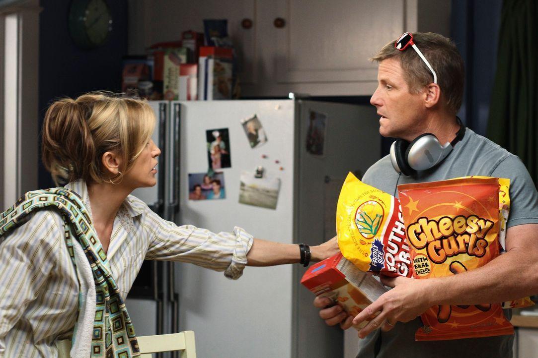 Nach einem Arztbesuch kommt Tom (Doug Savant, r.) gut gelaunt nach Hause und schwärmt von den Methoden des neuen Arztes. Lynette (Felicity Huffman,... - Bildquelle: ABC Studios
