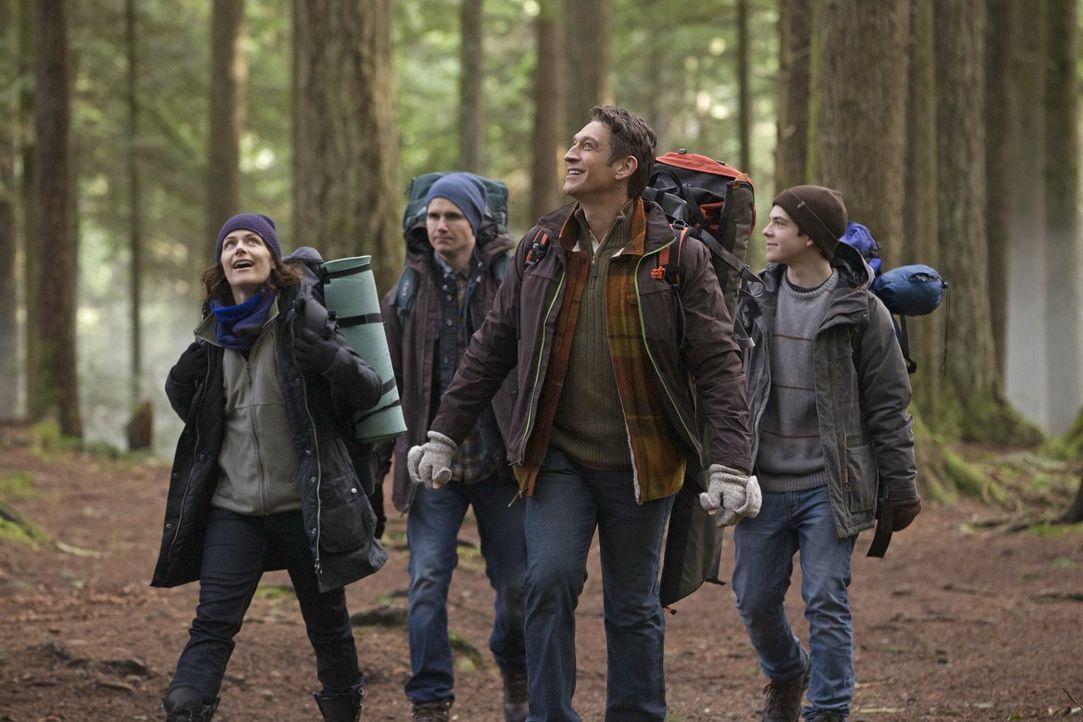 Marla (Sarah Clarke, l.) möchte, dass Stephen (Robbie Amell, 2.v.l.), Luca (Jacob Kogan, r.), sie und ihr neuer Freund Peter (Robert Gant, 2.v.r.) e... - Bildquelle: Warner Bros. Entertainment, Inc