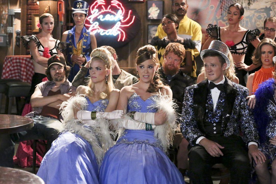 Lemon (Jaime King, l.), AnnaBeth (Kaitlyn Black, M.) und Tom (Ross Philips, r.) wollen an einer Talentshow teilnehmen, doch das Ganze endet schließl... - Bildquelle: 2014 Warner Brothers
