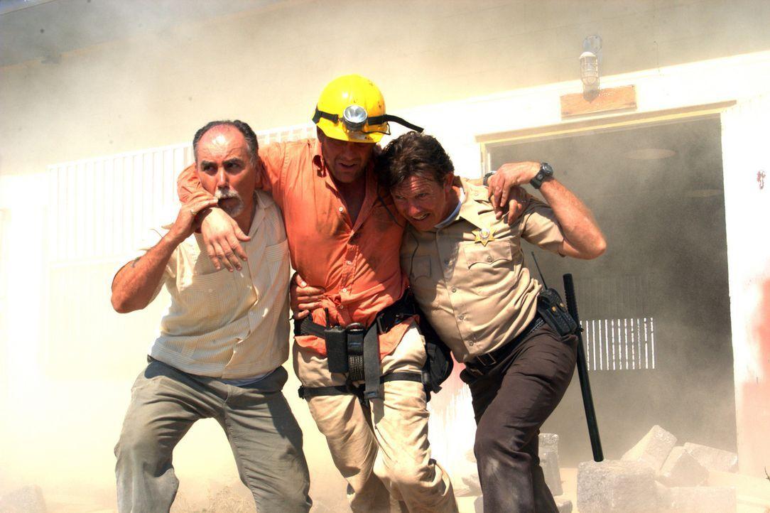 Sherrif Carl Larson (John Novak, r.) und Professor Anthony McAllister (Doug Savant, M.) versuchen alles, um die Verschütteten zu retten. Doch immer... - Bildquelle: Regent Productions