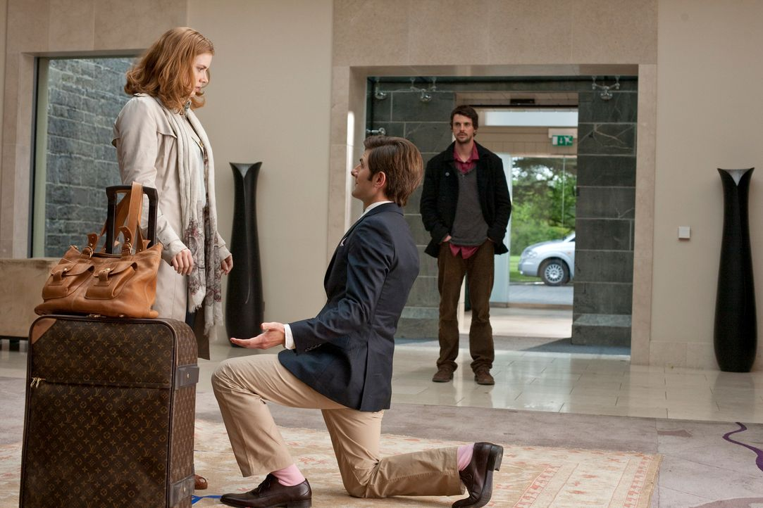 Eigentlich wusste er es ja, aber trotzdem ist die Situation für Declan (Matthew Goode, r.) seltsam, als Jeremy (Adam Scott, M.) Anna (Amy Adams, l.)... - Bildquelle: 2010 Universal Studios