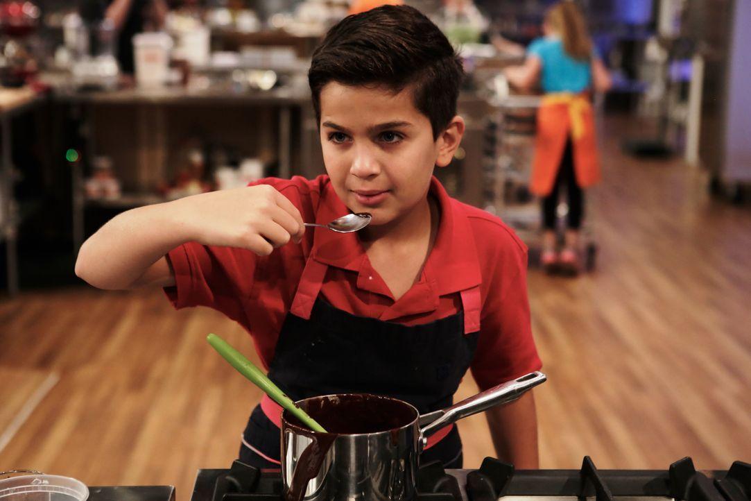 Ein mutiger Tester! Matthew wagt es, seine Schokoladenkreation zu probieren. Wird ihm vor Schärfe der Atem wegbleiben? - Bildquelle: Adam Rose 2015, Television Food Network, G.P.  All Rights Reserved.