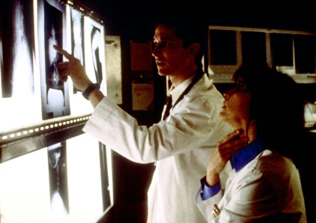 Die Röntgenbilder eines kleinen Mädchens geben Carter (Noah Wyle, l.) Rätsel auf. - Bildquelle: TM+  2000 WARNER BROS.