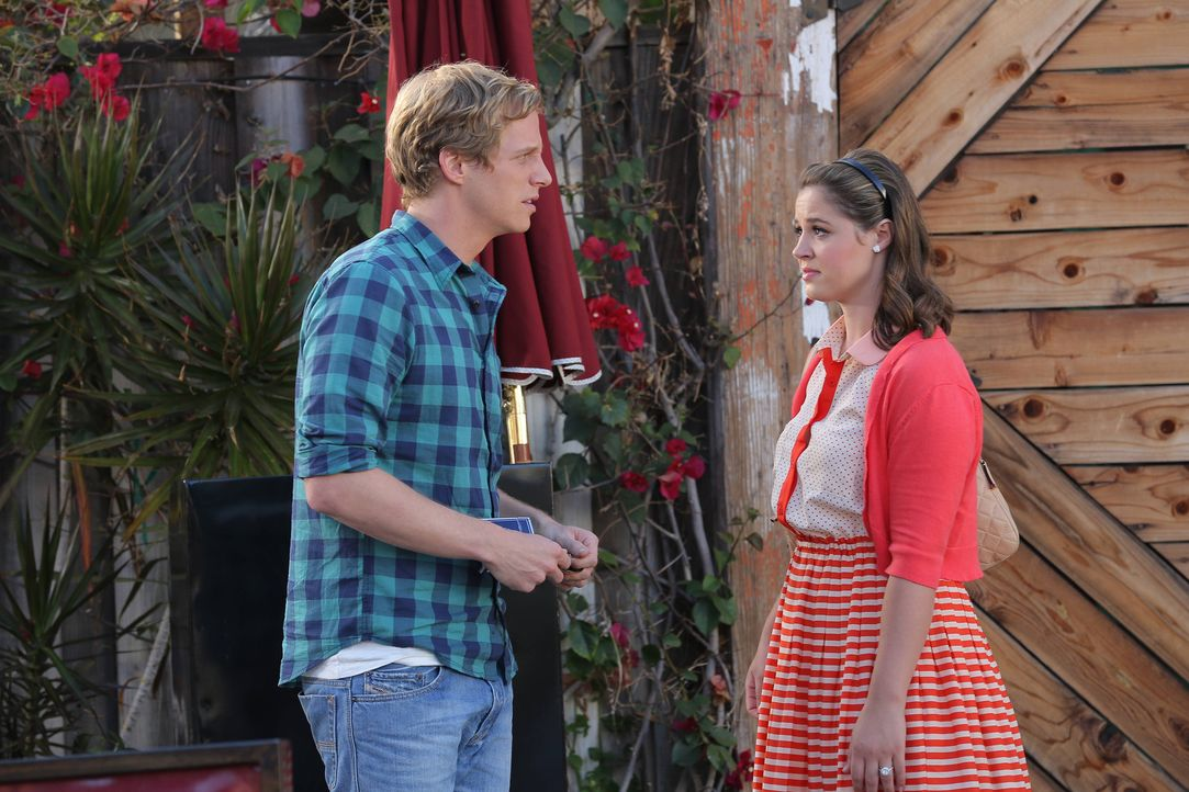 Um der Beziehung von Jimmy (Chris Geere, l.) und Gretchen auf die Sprünge zu helfen, erzählt Lindsey (Kether Donohue, r.) ihm von Gretchens Einladun... - Bildquelle: TM &   2014 Fox and its related entities.  All rights reserved.