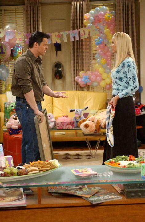 Auf Phoebe (Lisa Kudrow, r.) und Joey (Matt LeBlanc, l.) kann man sich verlassen ... - Bildquelle: 2003 Warner Brothers International Television