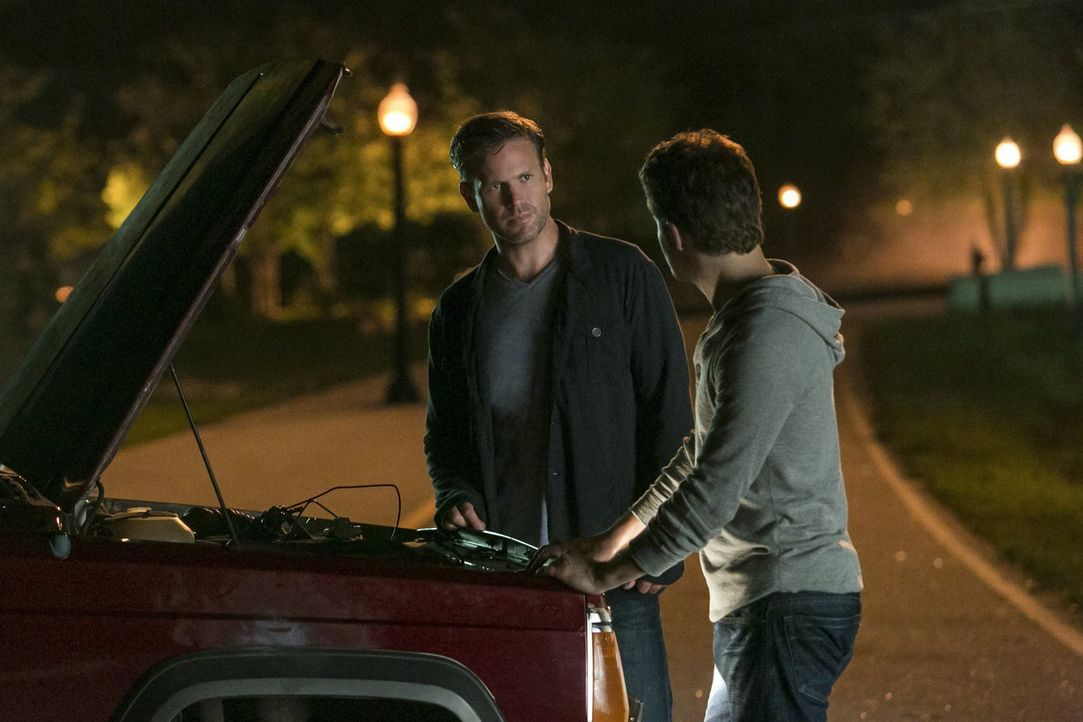Können Alaric (Matthew Davis, l.) und Stefan (Paul Wesley, r.) verhindern, dass Enzo und Damon sterben? - Bildquelle: Warner Bros. Entertainment, Inc