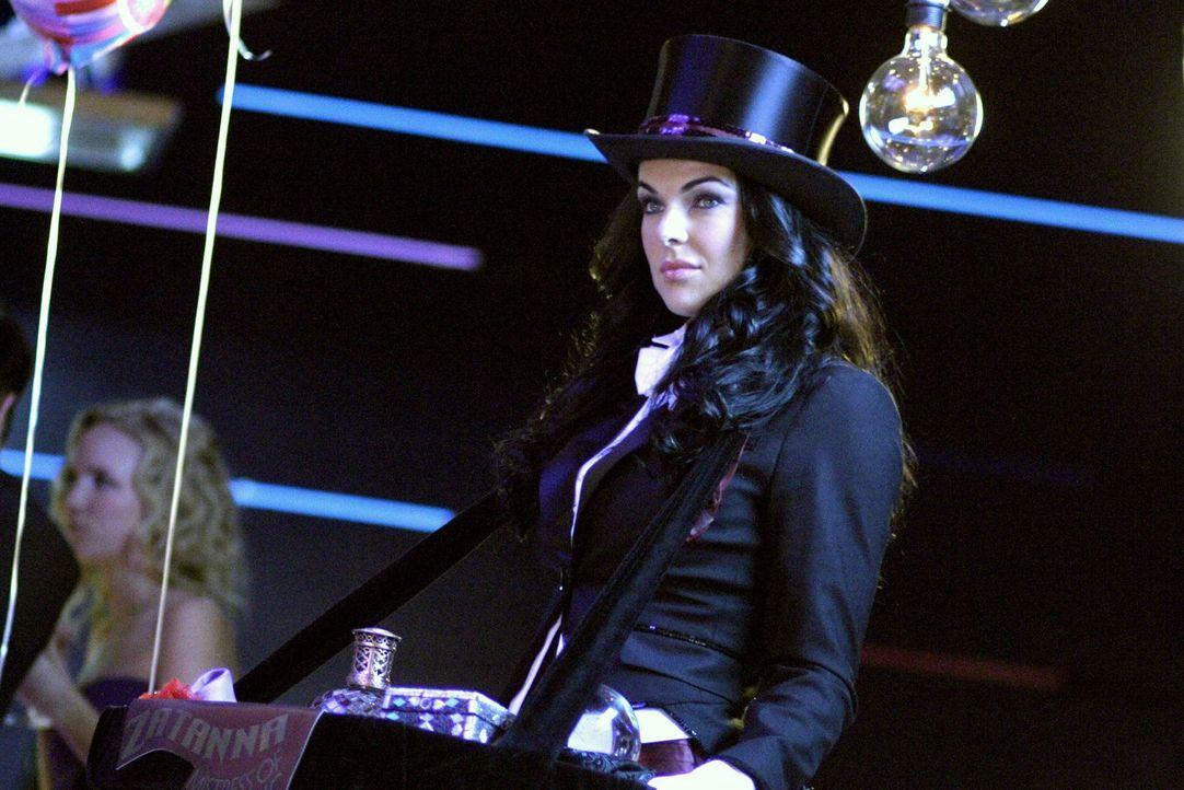 Die Party-Magierin Zatanna (Serinda Swan) hat echte Kräfte und kann Wünsche erfüllen ... - Bildquelle: Warner Bros.