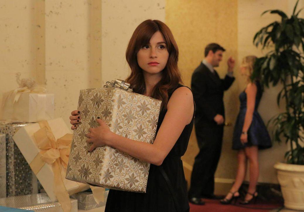 Gretchen (Aya Cash) hofft mit dem Geschenk, das sie kurzerhand von einer Hochzeit mitnimmt, einen riesen Gewinn gemacht zu haben ... - Bildquelle: TM &   2014 Fox and its related entities.  All rights reserved.