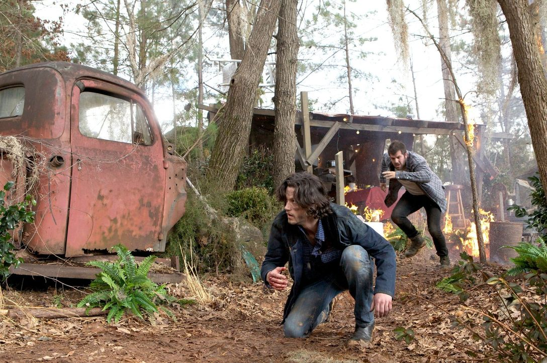 Als eine Explosion im Camp der Wölfe hochgeht, ist Jackson (Nathan Parsons, l.) klar, dass es mit dem angeblichen Frieden zwischen den Gemeinschafte... - Bildquelle: Warner Bros. Television
