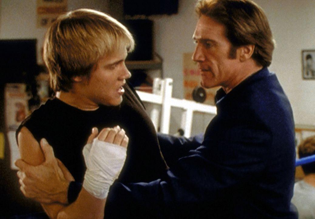 Steve (Barry Van Dyke, r.) hält Tommy (Carey Van Dyke, l.), der völlig außer sich ist, zurück ... - Bildquelle: Viacom