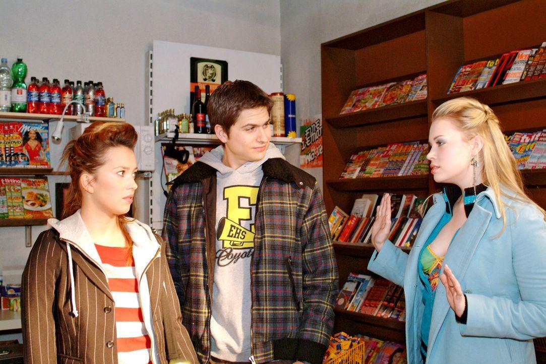 Die bittere Wahrheit: Kim (Lara-Isabelle Rentinck, r.) erkennt endlich, dass sie bei Timo (Matthias Dietrich, M.) und Hannah (Laura Osswald, l.) une... - Bildquelle: Sat.1