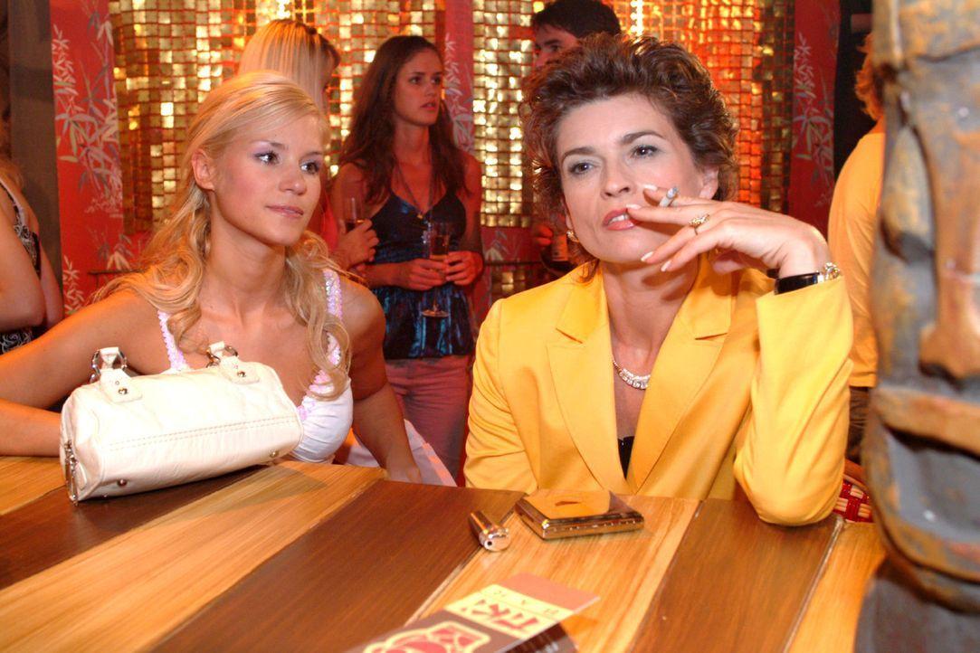 In der Tiki Bar trifft Sophie (Gabrielle Scharnitzky, r.) auf die trübsinnig gestimmte Sabrina (Nina-Friederike Gnädig, l.) und lässt diese ihren... - Bildquelle: Monika Schürle Sat.1