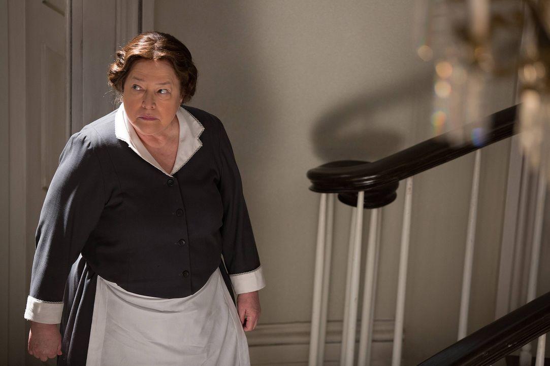 Delphine (Kathy Bates) kann es nicht lassen, Menschen zu foltern, doch wird sie das auch unter dem Dach von Fiona folgenlos tun können? - Bildquelle: 2013-2014 Fox and its related entities. All rights reserved.