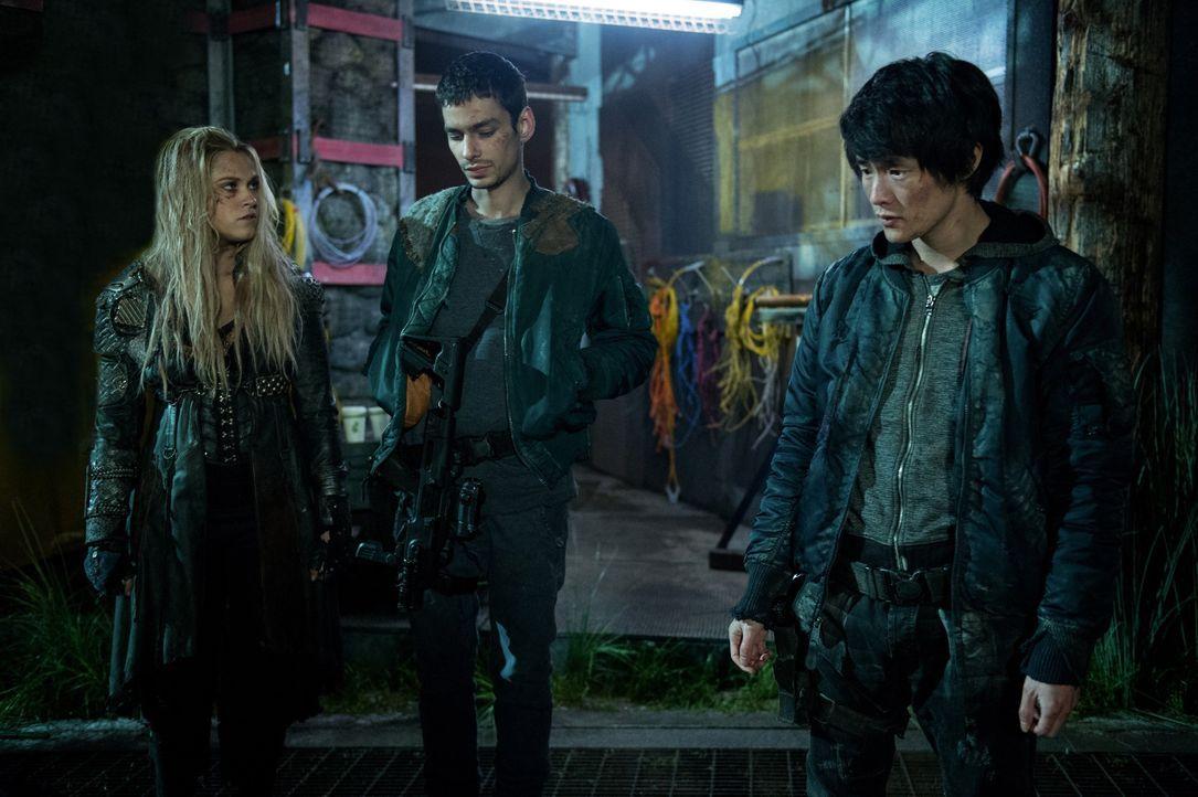 Auf der Suche nach der letzten Person, die Alie noch stoppen könnte, geraten Clarke (Eliza Taylor, l.), Jasper (Devon Bostick, M.) und Monty (Christ... - Bildquelle: 2014 Warner Brothers
