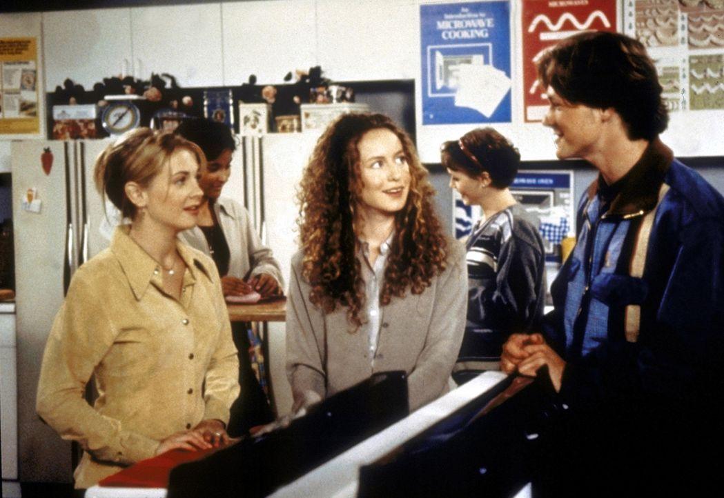 Fasziniert beobachten Sabrina (Melissa Joan Hart, l.) und Jenny (Michelle Beaudoin, M.) die Wirkung der Wahrheitsstreusel auf die Lehrer. - Bildquelle: Paramount Pictures