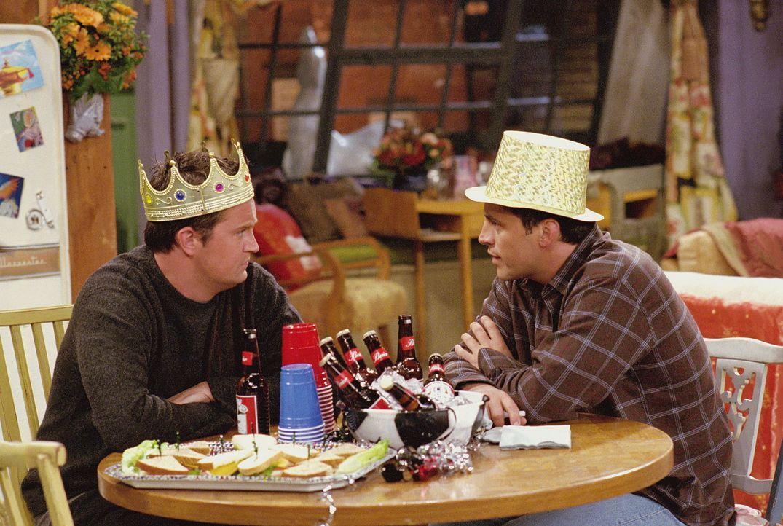 Chandler (Matthew Perry, l.) und Joey (Matt LeBlanc, r.) warten auf die Stripperin, die Monica engagiert hat ... - Bildquelle: TM+  WARNER BROS.