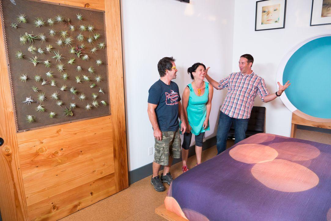 Strahlend betrachten die glücklichen und zufriedenen Hauseigentümer ihr neues Schlafzimmer. Auch Josh (r.) ist sichtbar stolz auf sein Werk und freu... - Bildquelle: 2013, DIY Network/ Scripps Networks, LLC. All Rights Reserved.