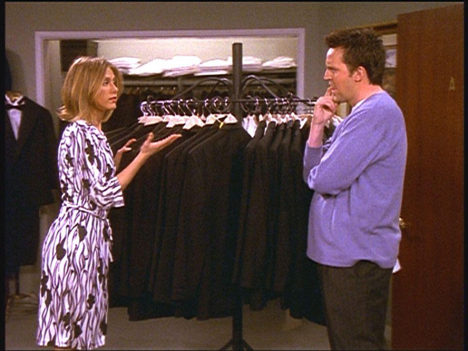 Chandler (Matthew Perry, r.) braucht einen Smoking für seine Hochzeit. Rachel (Jennifer Aniston, l.) hilft ihm bei seiner Auswahl ... - Bildquelle: TM+  2000 WARNER BROS.