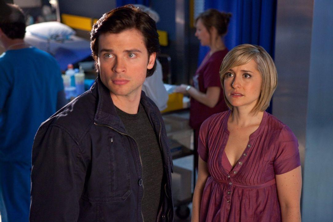 Während Chloe (Allison Mack, r.) im Wachturm eingesperrt und Clark (Tom Welling, l.) mit Zod beschäftigt ist, ist Oliver alias Green Arrow in ernste... - Bildquelle: Warner Bros.