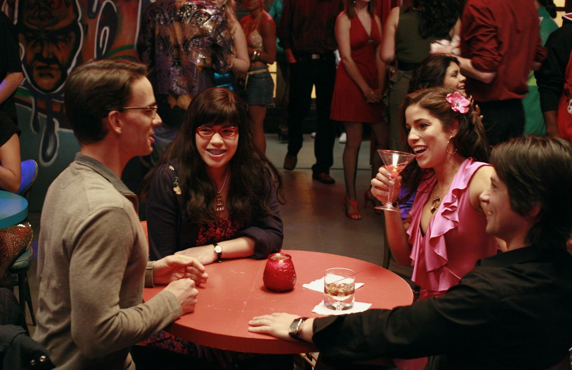 Betty (America Ferrera, 2.v.l.) und Henry (Christopher Gorham, l.) gehen gemeinsam mit Hilda (Ana Ortiz, 2.v.r.) und Gio (Freddy Rodriguez, r.) aus.... - Bildquelle: Buena Vista International Television