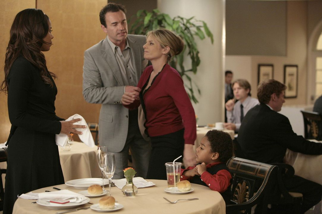 Beim Abendessen erzählt Michelle (Sanaa Lathan, l.) Christian (Julian McMahon, 2.v.l.), dass sie sich entschlossen hat, Wilber (Joshua Henry, r.) e... - Bildquelle: TM and   2004 Warner Bros. Entertainment Inc. All Rights Reserved.
