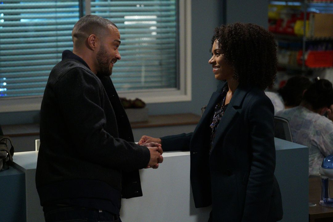 Während sich Jackson (Jesse Williams, l.) und Maggie (Kelly McCreary, r.) bei dem Versuch, ihren Patienten zu retten, näherkommen, steigen die Spann... - Bildquelle: Richard Cartwright 2017 American Broadcasting Companies, Inc. All rights reserved./Richard Cartwright