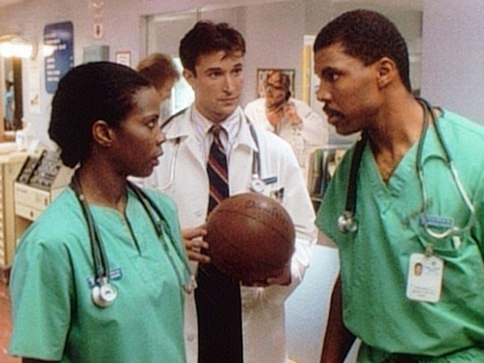 Zwischen Langsworthy (Tyra Ferrell, l.) und Benton (Eric LaSalle, r.) gibt es heftige Konkurrenz. Carter (Noah Wyle, M.) ist Benton als Student zuge... - Bildquelle: TM+  WARNER BROS.