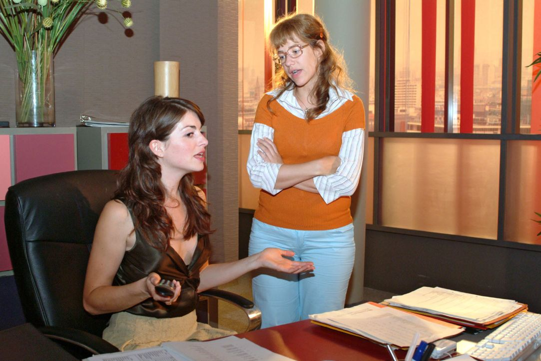 Mariella (Bianca Hein, l.) und Lisa (Alexandra Neldel, r.) sind sich einig, dass man jetzt trotz aller Aufregung um Richard zum Tagesgeschäft überge... - Bildquelle: Monika Schürle SAT.1 / Monika Schürle