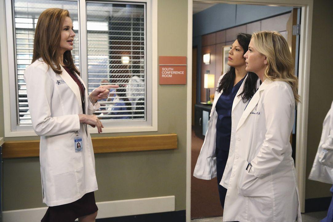 Dr. Nicole Herman (Geena Davis, l.) versucht alles, um Arizona (Jessica Capshaw, r.) für die freie Stelle des Forschungsstipendiums zu gewinnen. Cal... - Bildquelle: ABC Studios