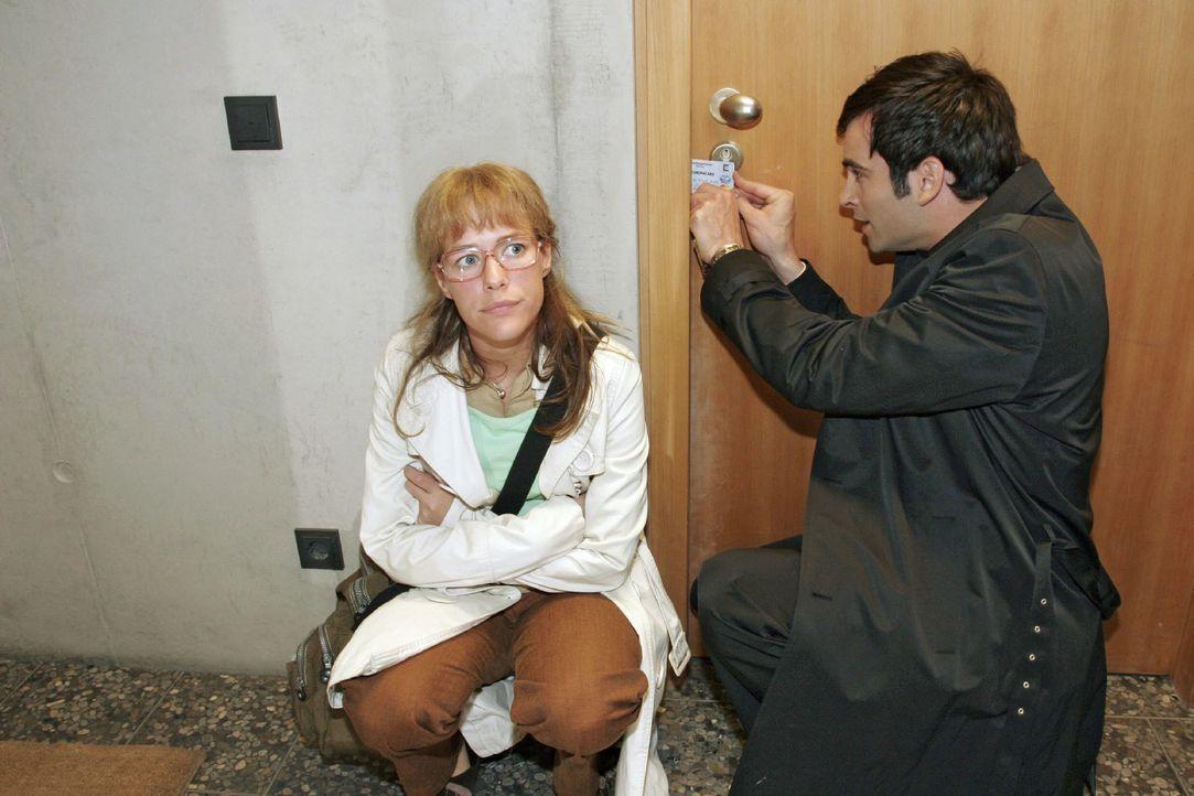 In Sorge um den in letzter Zeit meist deprimierten Hugo machen sich Lisa (Alexandra Neldel, l.) und David (Mathis Künzler, r.) daran, die Tür zu des... - Bildquelle: Noreen Flynn SAT.1 / Noreen Flynn