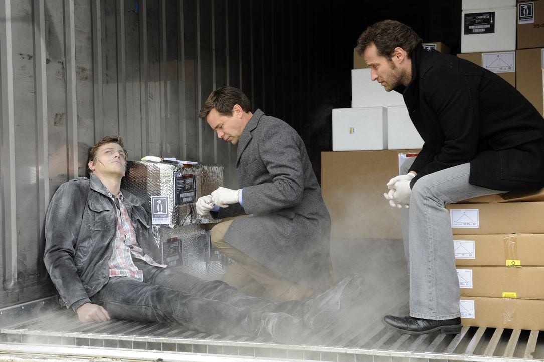 Raphaël Mirmont (Baptiste Mayeux, l.) wird im Containerhafen, in dem auch Matthieu (Guillaume Cramoisan, r.) einen Sommer gearbeitet hat, tot aufgef... - Bildquelle: 2008 - Beaubourg Audiovisuel/BeFilms/RTBF (Télévision Belge)