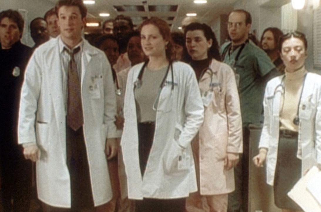 Stillhalten heißt die Parole für (v.l.n.r.) John Carter (Noah Wyle), Susan Lewis (Sherry Stringfield), Carol Hathaway (Julianna Margulies), Mark G... - Bildquelle: TM+  WARNER BROS.