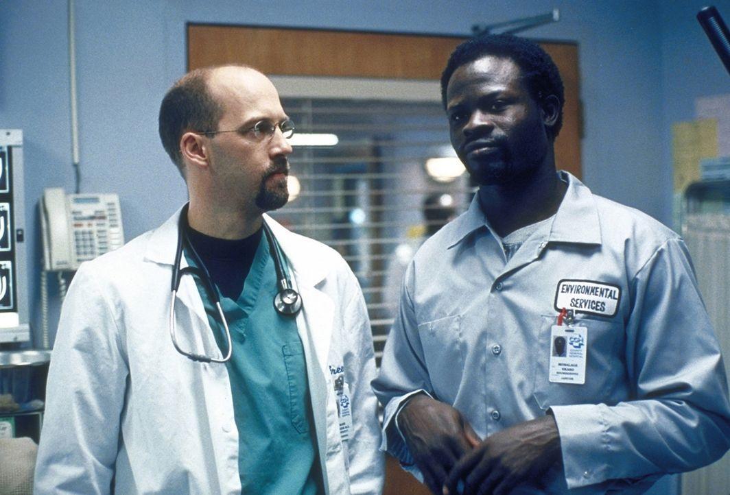 Dr. Greene (Anthony Edwards, l.) unterhält sich mit einem Pfleger. - Bildquelle: TM+  2000 WARNER BROS.