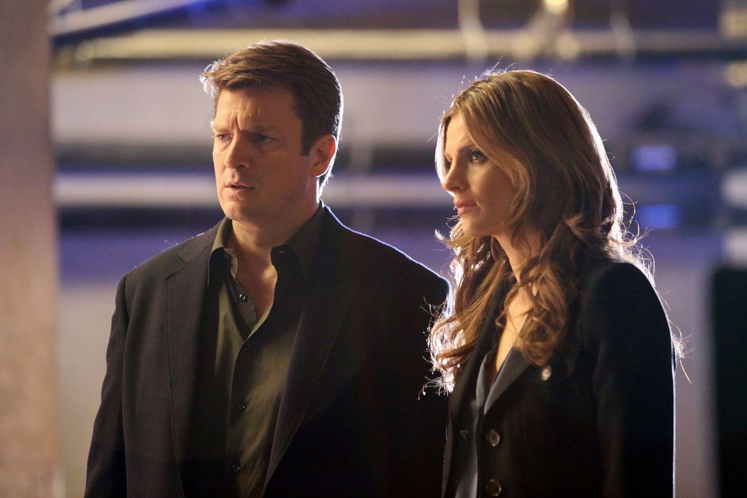 Castle (Nathan Fillion, l.) begleitet Beckett (Stana Katic, r.) bei den Ermittlungen in einem Mordfall. Er ist entsetzt als er erfährt, wer das Opfe... - Bildquelle: 2013 American Broadcasting Companies, Inc. All rights reserved.