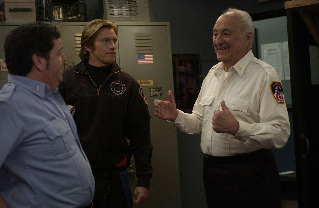 Auch Tommys (Denis Leary, M.) Dad (Charles Durning, r.) und Kenny (John Scurti, l.) würden gerne wissen, ob Chief Feinberg wirklich einen so große... - Bildquelle: 2007 Sony Pictures Television Inc. All Rights Reserved