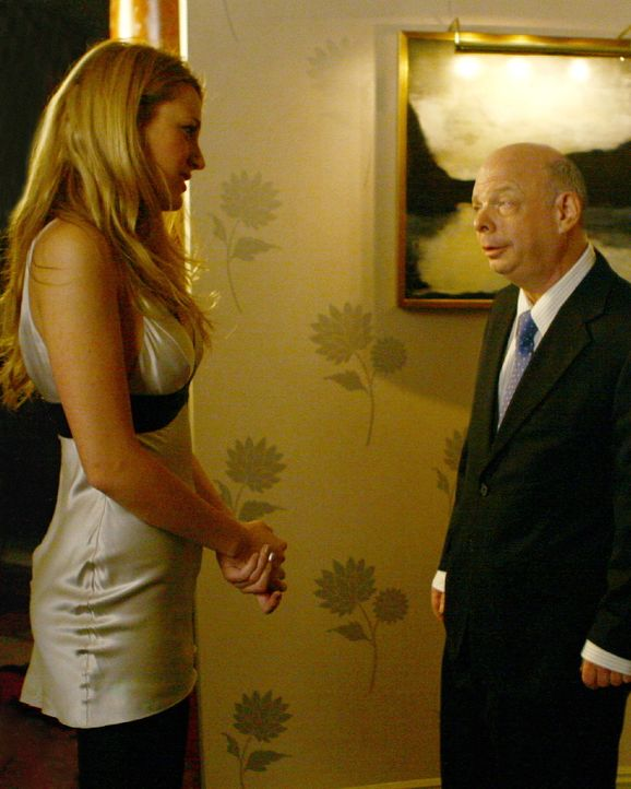 Serena (Blake Lively, l. ) trifft auf Cyrus (Wallace Shawn, r.), und es stellt sich heraus, dass er der Vater von Aaron ist ... - Bildquelle: Warner Brothers